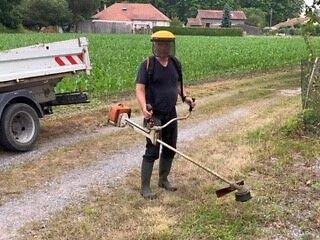 Ouvrier pendant le débroussaillage