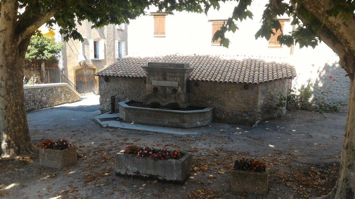 Fontaine Lavoir à Revest-du-Bion dans les Alpes-de-Haute-Provence