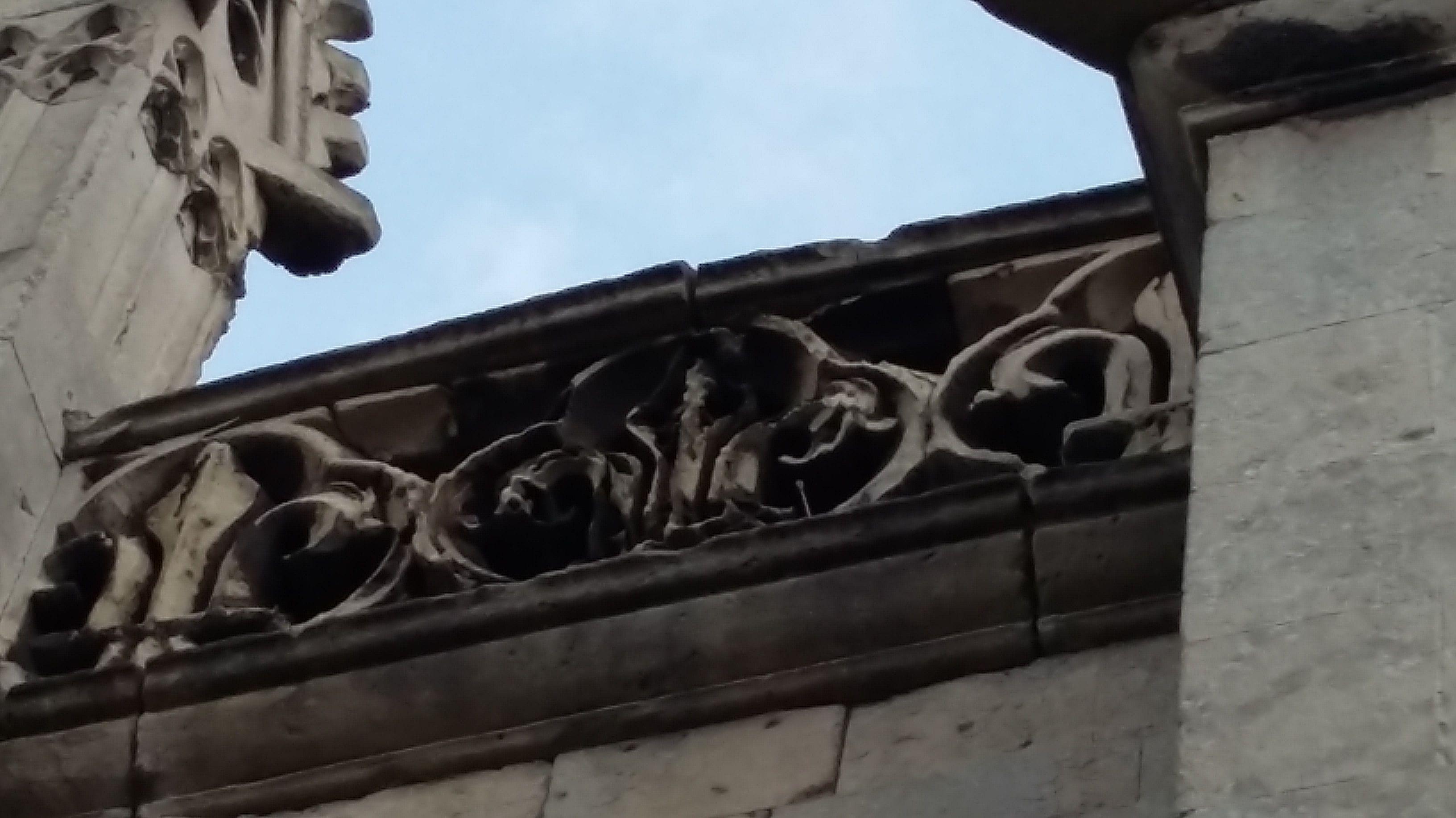 vue détaillée de la balustrade en pierre ouvragée