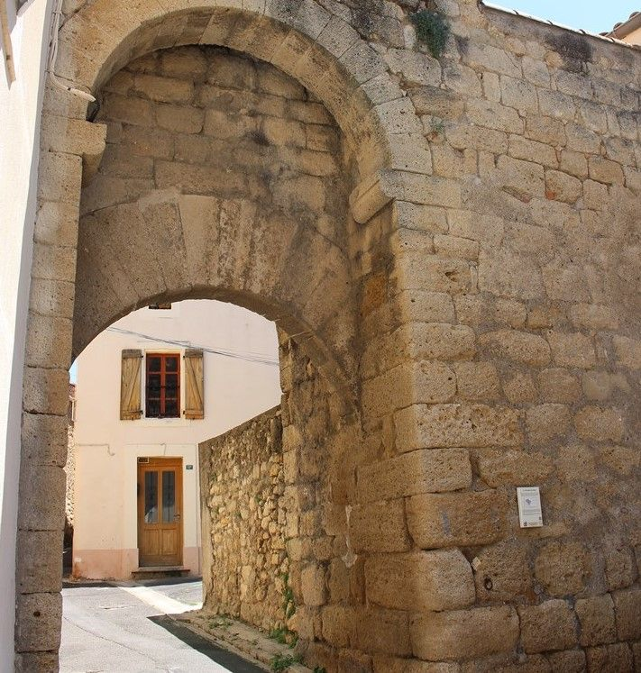 La porte médiévale du Puits à Saint-Geniès de Fontedit