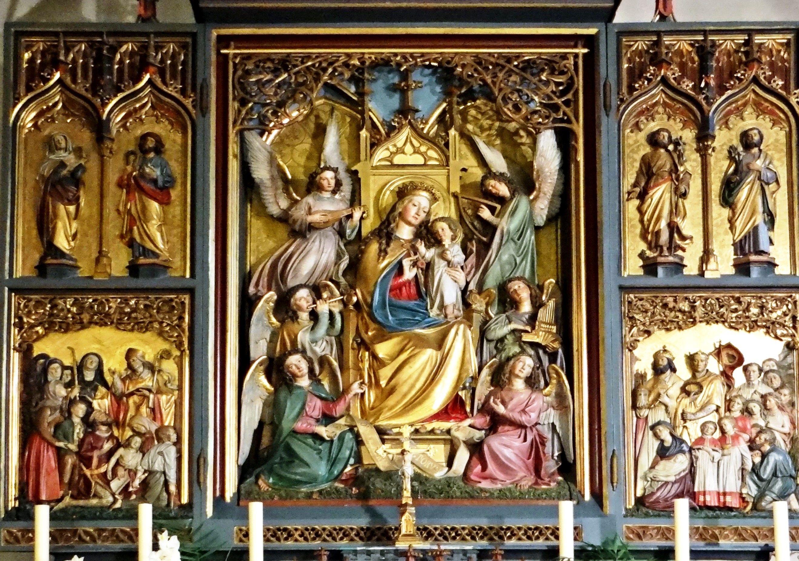retable en bois polychromé situé dans le choeur de l'église
