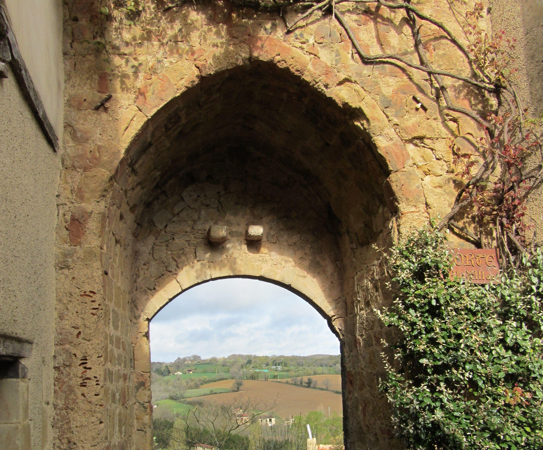 Tour porte fortifiée de Montesquiou dans le Gers