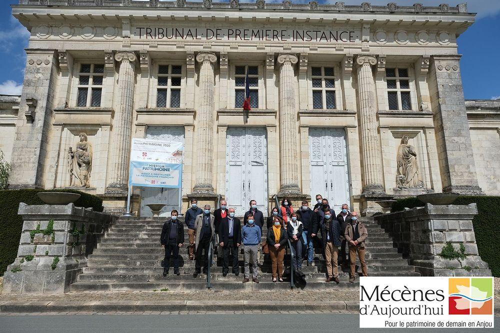 le club de mécènes d'aujourd'hui pour le patrimoine de demain en anjou devant le tribunal de baugé