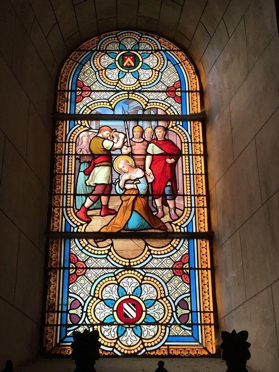 Un des vitraux de l'église de Bouère