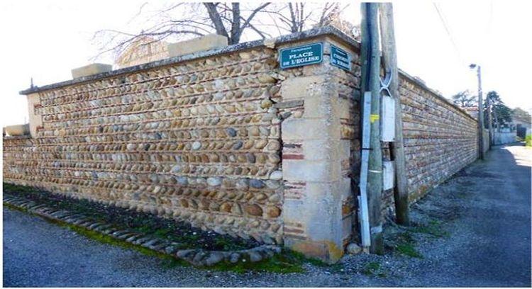 Mur de soutènement de l'église Saint Joseph de Faramans en Isère