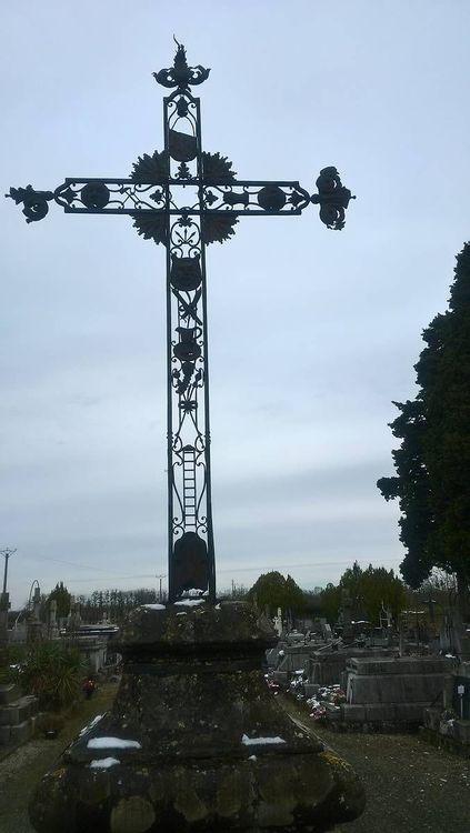 croix du cimetière de verniolle dans l'ariège