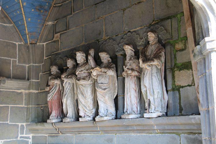 statuaire des apôtres dans le porche de l'église avant travaux