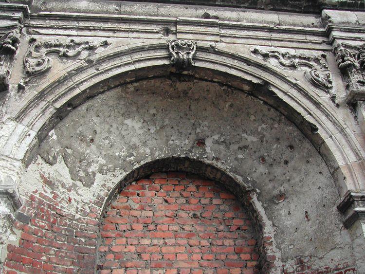 détails sculptés de la porte monumentale