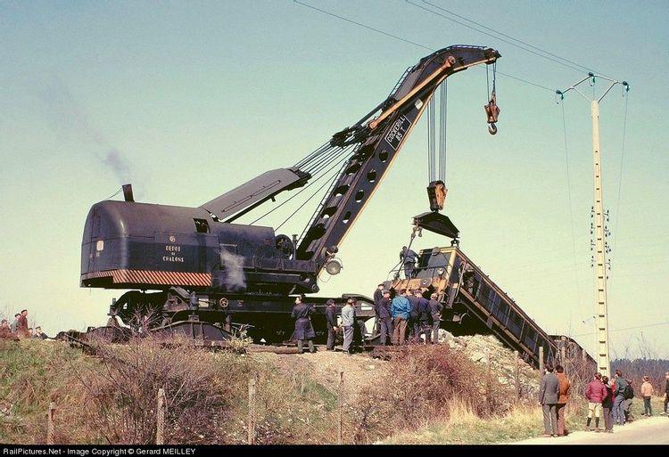 Grue ferroviaire dépannant un train