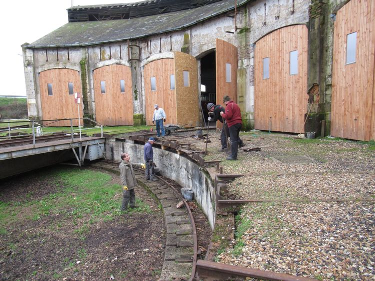 Les bénévoles réalisent des travaux sur le pont-tournant