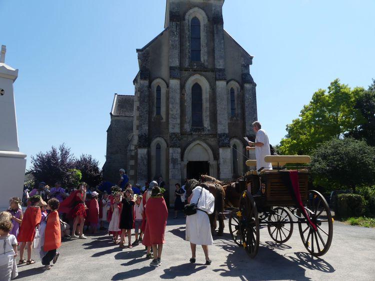 Place de l'église durant la fête du Roy