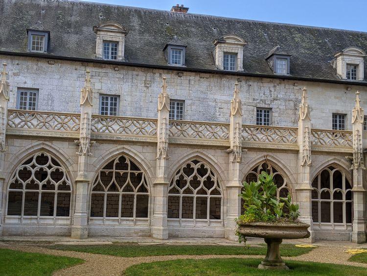 Cloître de l'abbaye de Fontenelle à Saint-Wandrille