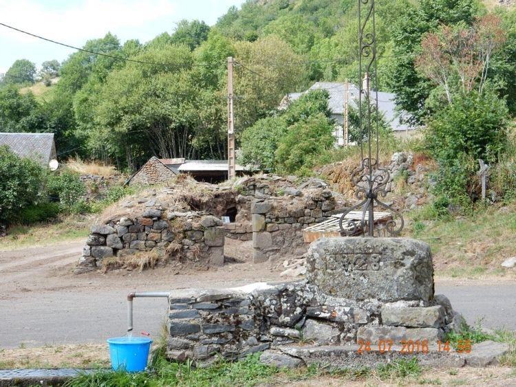 Place du village avec le four à pain de Ségur-les-Villas