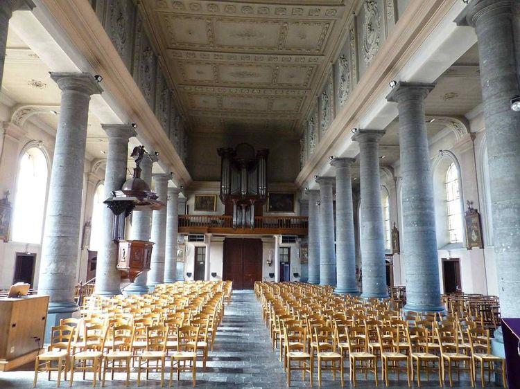 Intérieur à la décoration néoclassique de l'église Notre Dame de Le Quesnoy